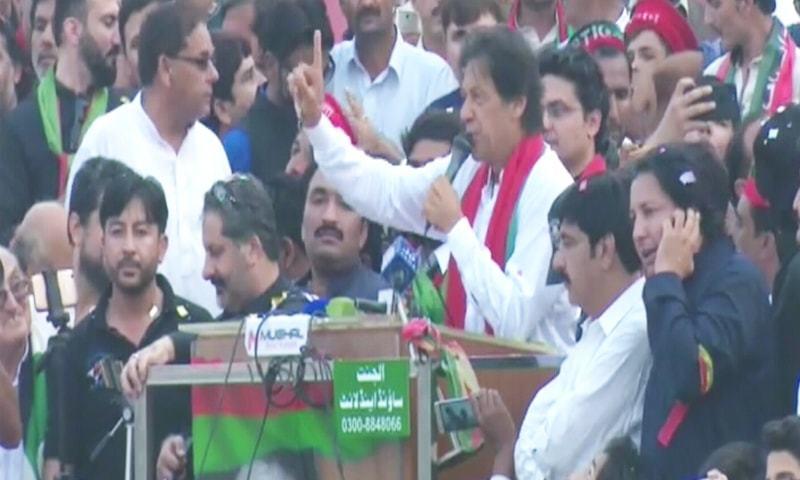 عمران خان میانوالی میں جلسے سے خطاب کر رہے ہیں— فوٹو: ڈان