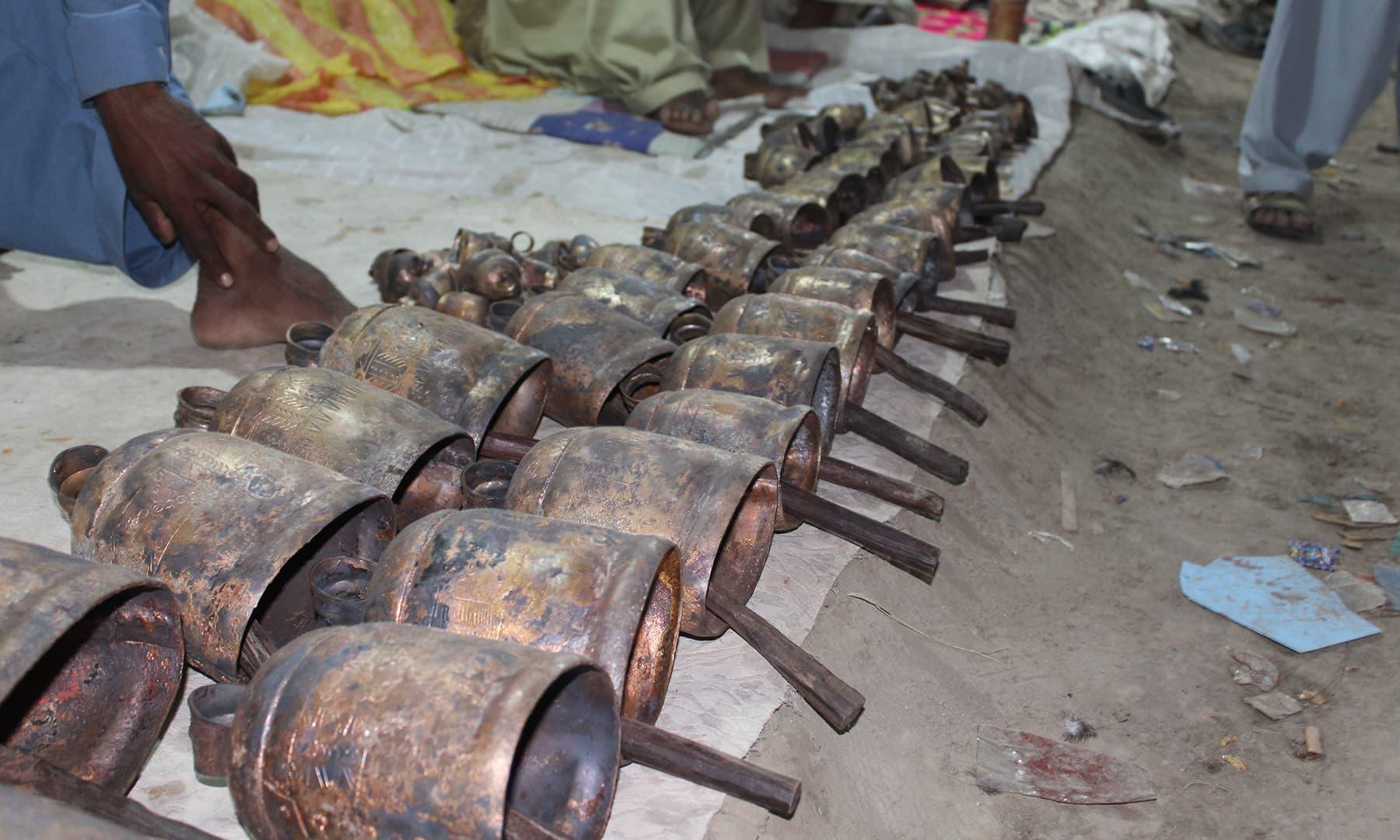 سمن سرکار کے میلے میں مویشیوں کے گلے میں باندھی جانے والی گھنٹیاں دستیاب ہیں—تصویر اختر حفیظ