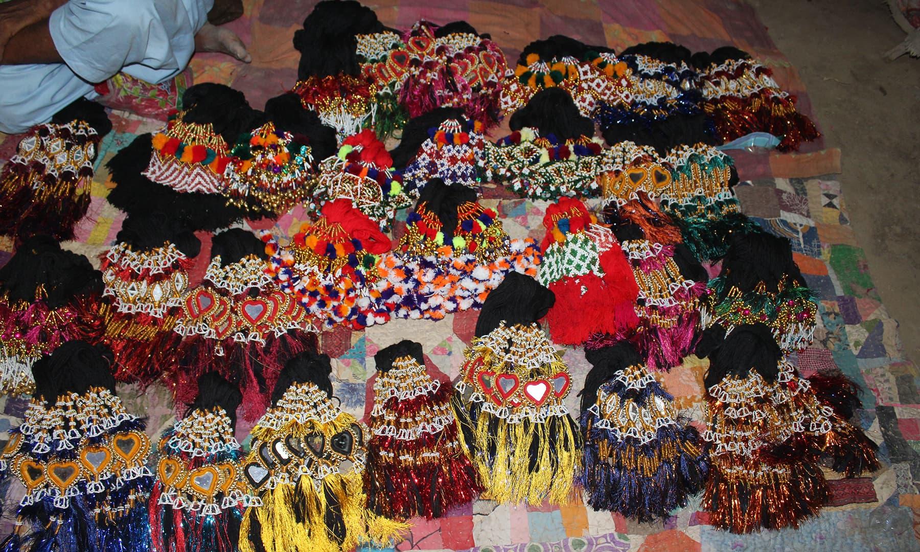 سمن سرکار کے میلے میں خواتین کے ہار سینگار کا سامان بھی دستیاب ہوتا ہے—تصویر اختر حفیظ