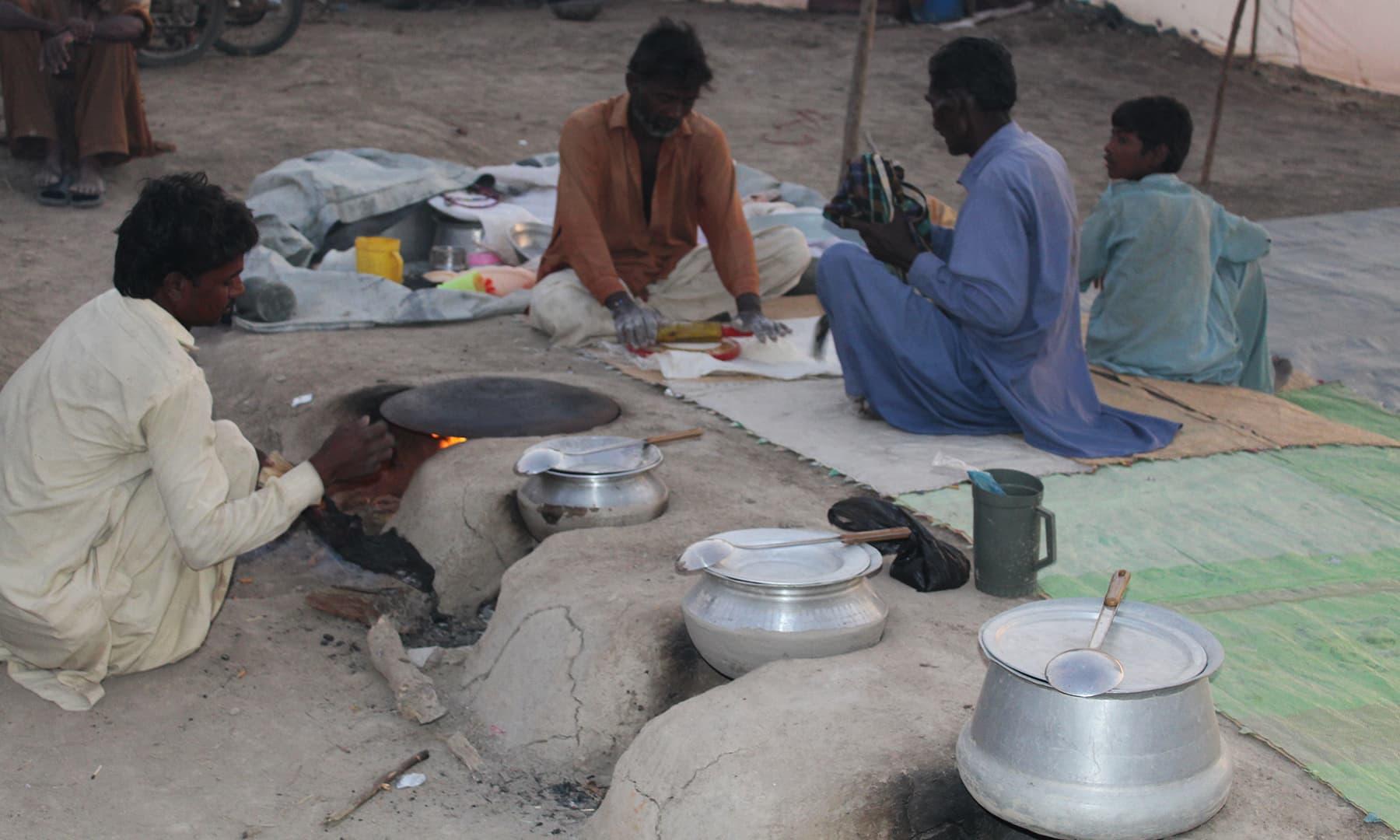 سمن سرکار کے میلے کے دوران مرغ پکایا جا رہا ہے—تصویر اختر حفیظ