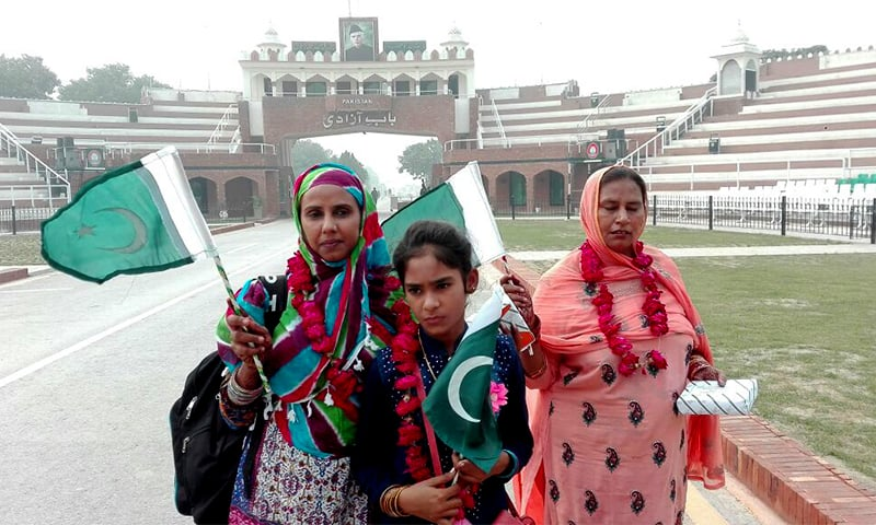 India returns Pakistani prisoners, including 2 women and girl born in captivity