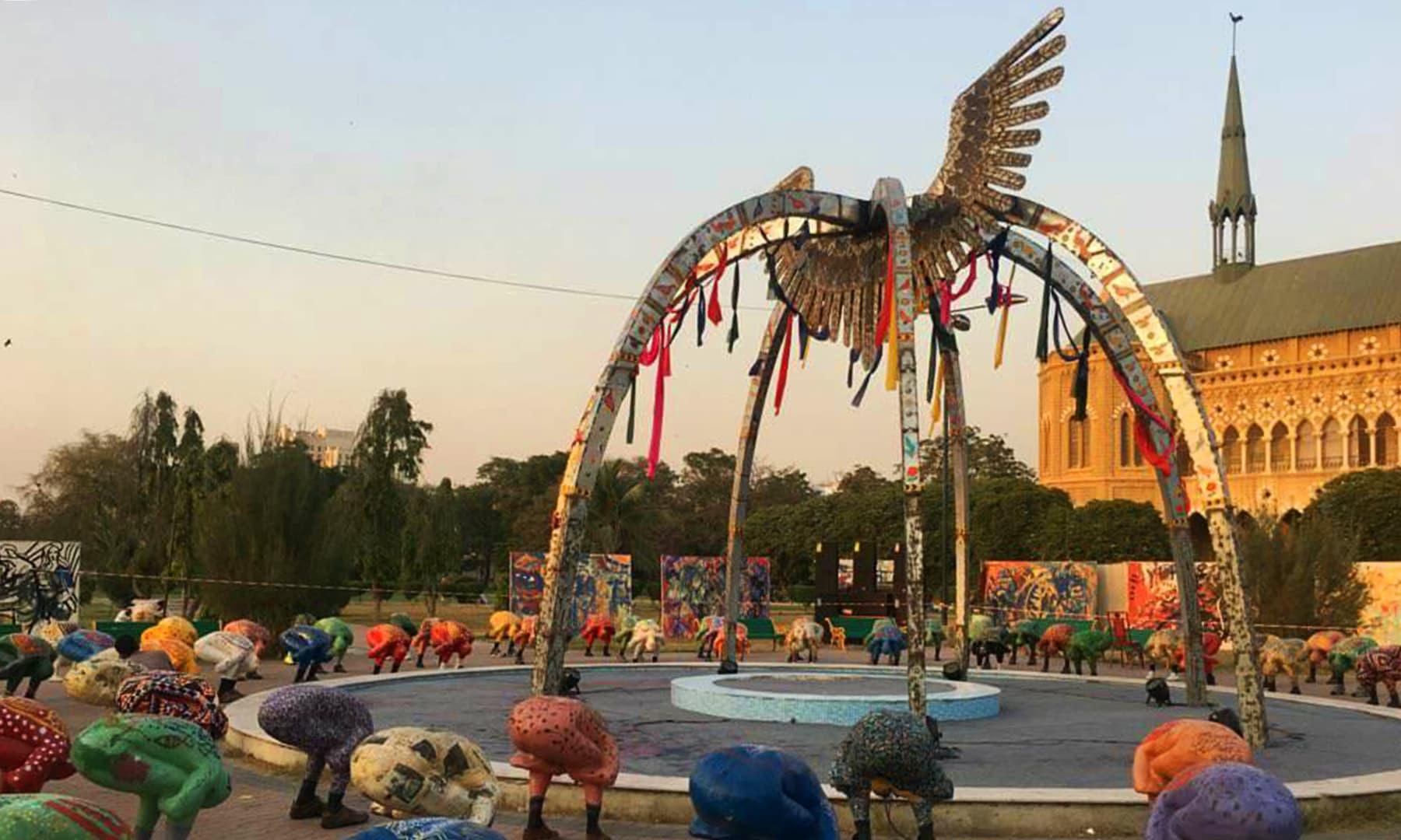 سید جمال شاہ کے آرٹ ورک میں ایک پنجرہ اور پرندہ بھی دکھایا گیا ہے—تصویر امیر محمد خان