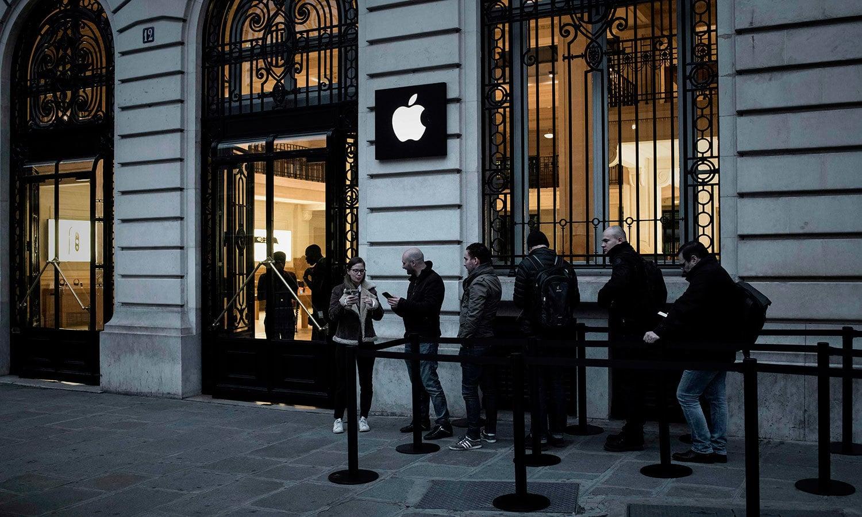 فرانس کے دارالحکومت پیرس میں تو لوگ ایپل اسٹور کے سامنے رات سے جمع ہونا شروع ہوگئے تھے— اے ایف پی فوٹو