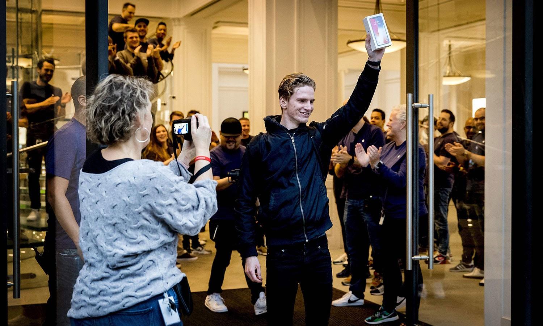 نیدرلینڈ کے شہر ایمسٹرڈیم میں طویل انتظار کے بعد آئی فون ایکس حاصل ہونے پر خوشی کا اظہار کرنے والا صارف — اے ایف پی فوٹو