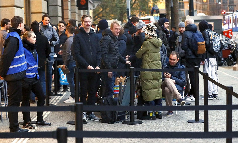 ایمسٹرڈیم میں آئی فون ایکس خریدنے کے لیے قطار میں لگے افراد — اے ایف پی فوٹو