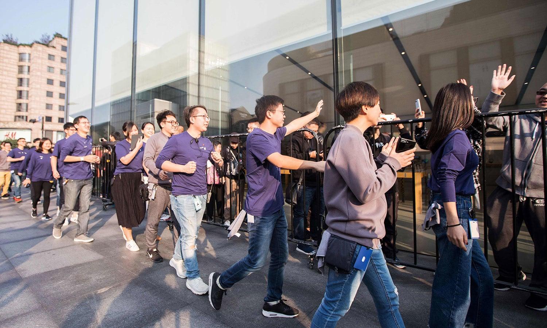 چین کے مختلف شہروں میں بھی لوگوں کی جانب سے نئے فون کے لیے کافی جوش و خروش دیکھنے میں آیا — اے ایف پی فوٹو
