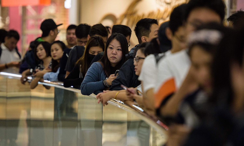ہانگ کانگ میں آئی فون ایکس خریدنے کے لیے لگی لمبی قطار — اے ایف پی فوٹو