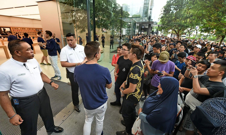 سنگاپور میں بھی ایپل اسٹور کے باہر ایسا ہی منظر دیکھنے میں آیا — اے ایف پی فوٹو