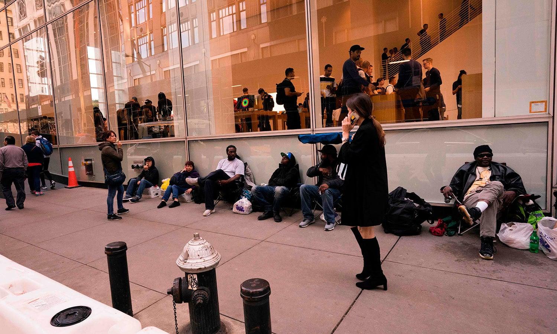 نیویارک میں تو لوگ ایپل اسٹور کے سامنے 2 نومبر سے ہی جمع ہوگئے تھے — اے ایف پی فوٹو