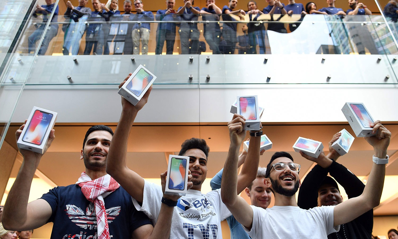 آسٹریلین شہر سڈنی میں ان خوش قسمت افراد کو دنیا میں سب سے پہلے آئی فون ایکس خریدنے کا موقع ملا — اے ایف پی فوٹو