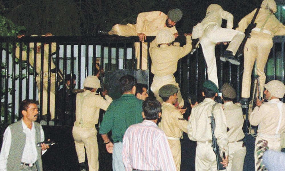Troops climbing into the Islamabad headquarters of Pakistan Television on October 12, 1999, the day when General Pervez Musharraf took over power while his plane was still airborne. | Photo: Dawn / White Star Archives