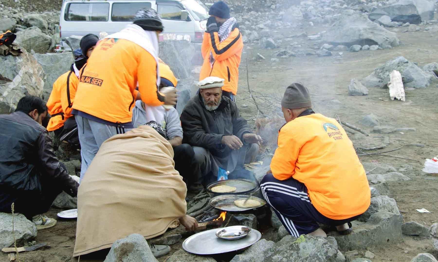 چشمۂ شفا میں صبح کا ناشتہ تیار کیا جا رہا ہے—تصویر امجد علی سحاب
