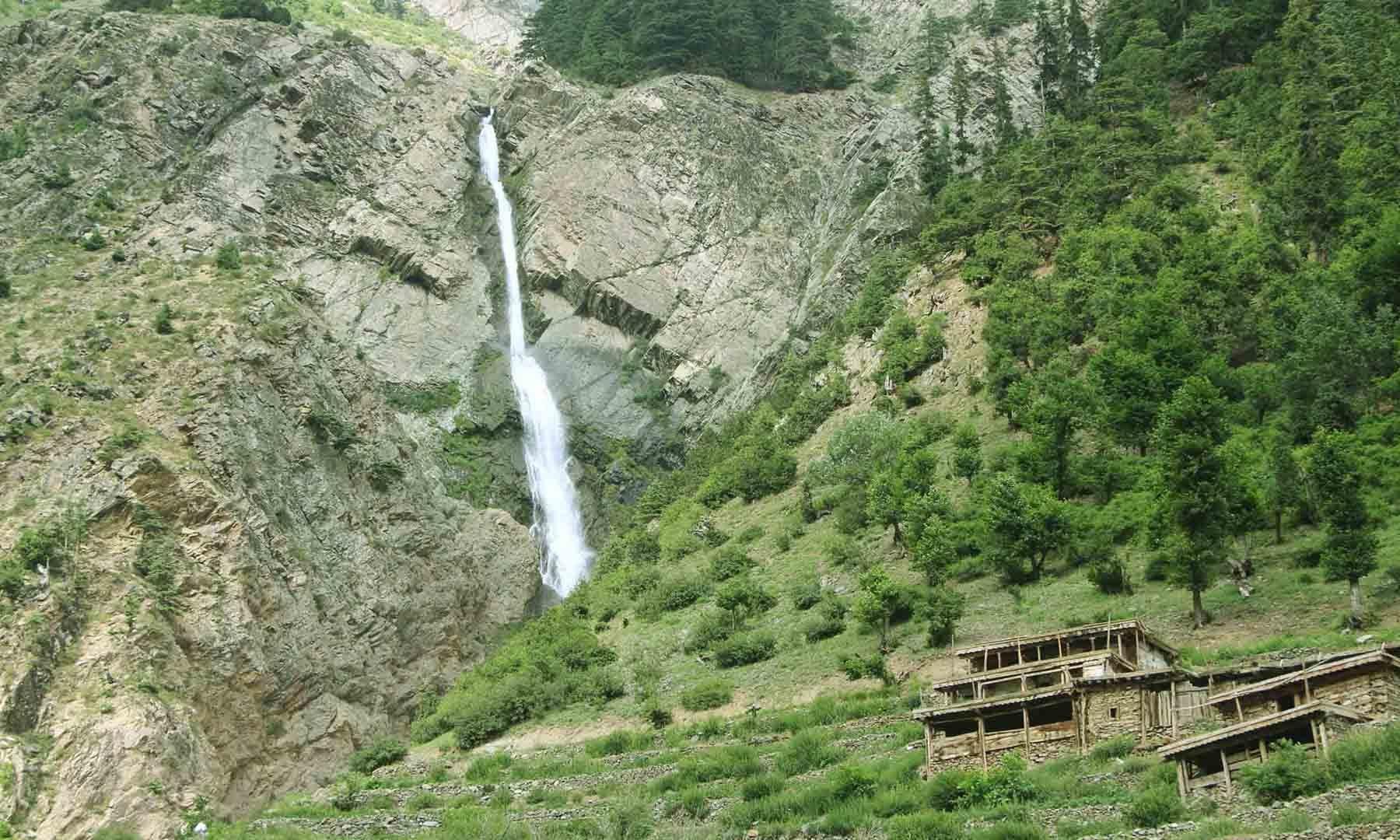 راستہ میں آنے والی سوات کی سب سے بڑی آبشار—تصویر امجد علی سحاب