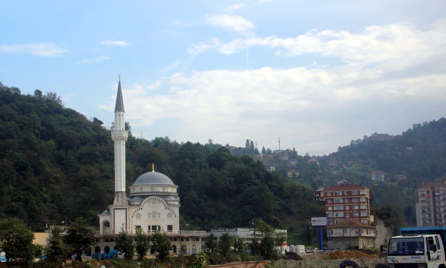 اُذن گول جھیل کے ساتھ واقع مسجد—تصویر عبیداللہ کیہر