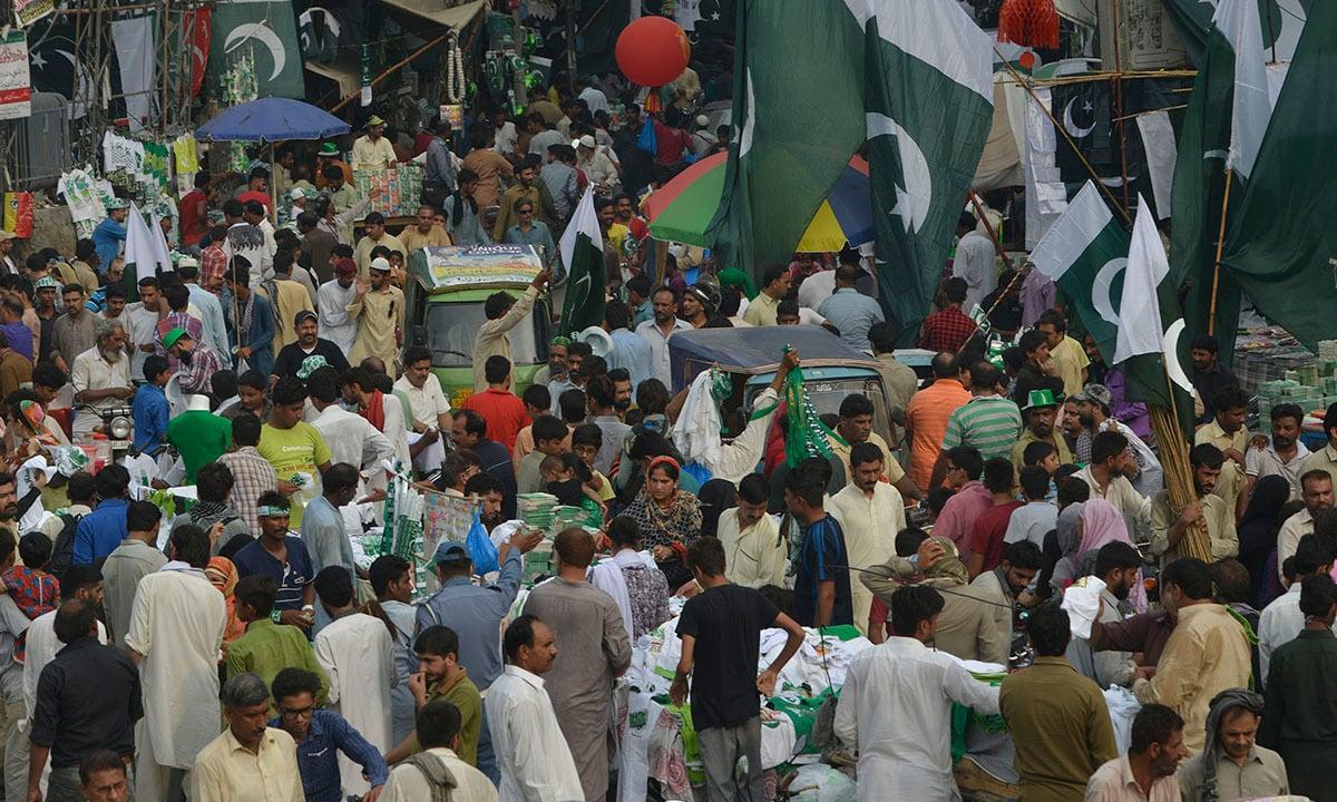 Lahore's Gunpat Road crowded with people, autorickshaws and stalls   M Arif, White Star