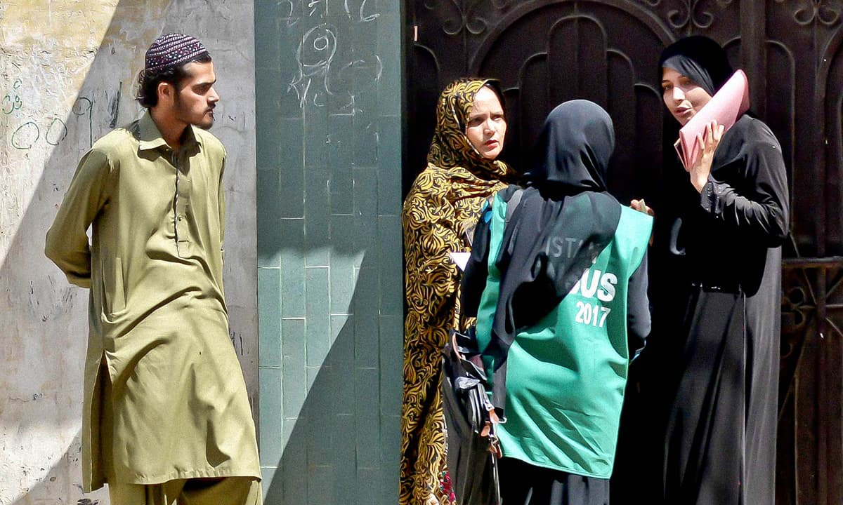 A female enumerator, accompanied by security personnel, gathers information in Karachi | Fahim Siddiqui, White Star