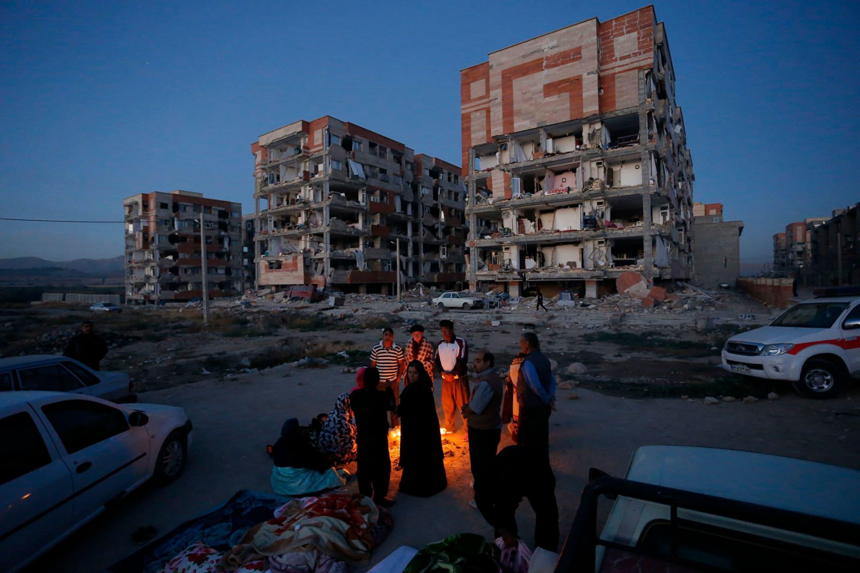ایران کے صوبے کرمنشاہ میں لوگ زلزلے کے بعد گھروں سے نکل آئے—فوٹو: اے ایف پی