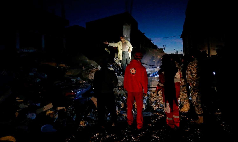 ریسکیو اہلکار متاثرہ مقامات پر اپنے فرائض انجام دے رہے ہیں — فوٹو: اے ایف پی