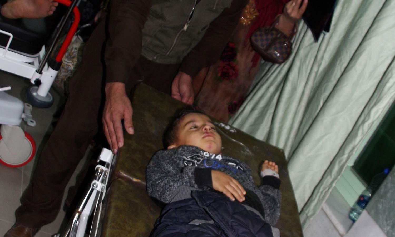 زلزلے کے بعد ہزاروں افراد کو طبی امداد کے لیے ہسپتالوں میں منتقل کیا گیا — فوٹو: اے ایف پی