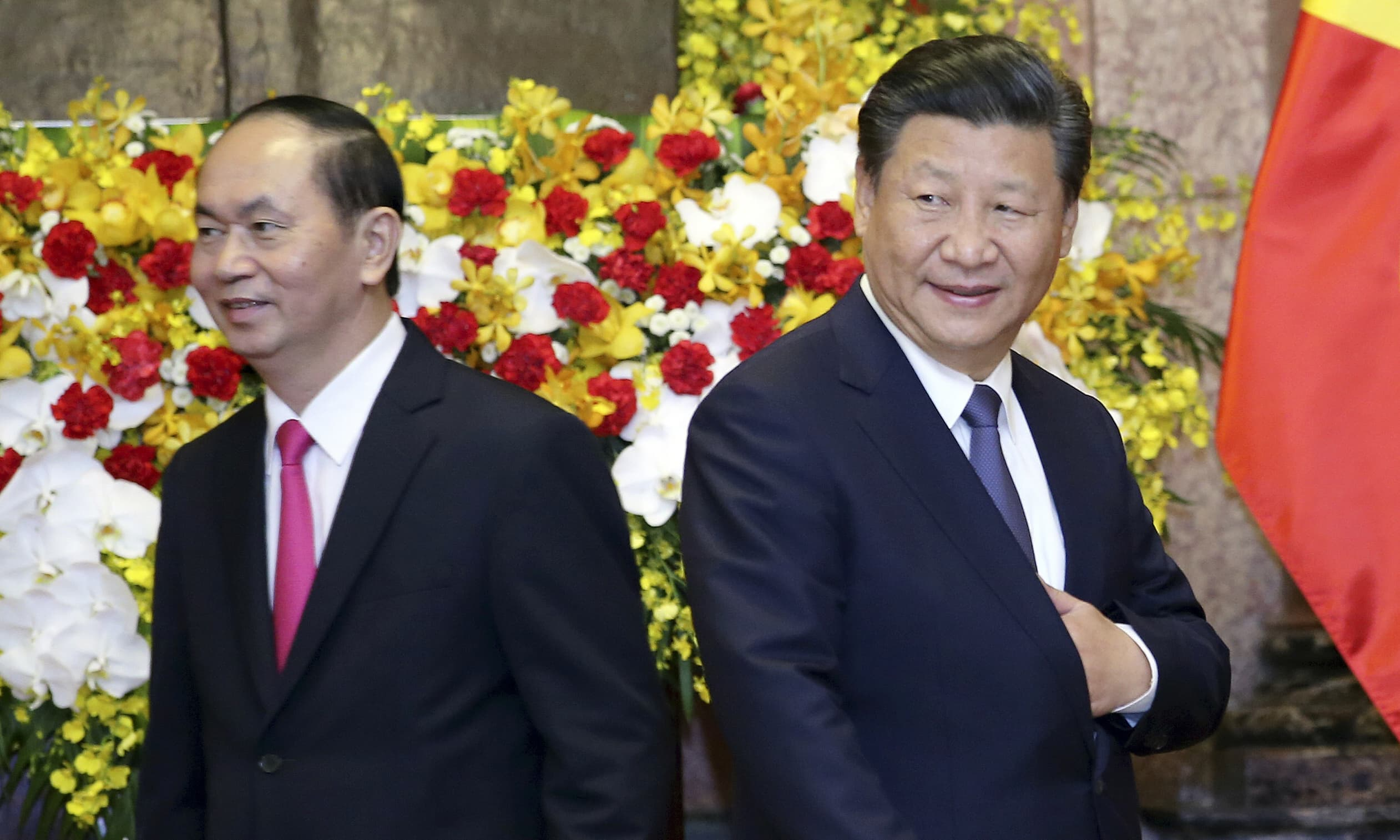 Chinese President Xi Jinping, right, and Vietnamese President Tran Dai Quang walk to their seats for a meeting at Presidential Palace in Hanoi, Vietnam Monday, Nov. 13, 2017. —AP
