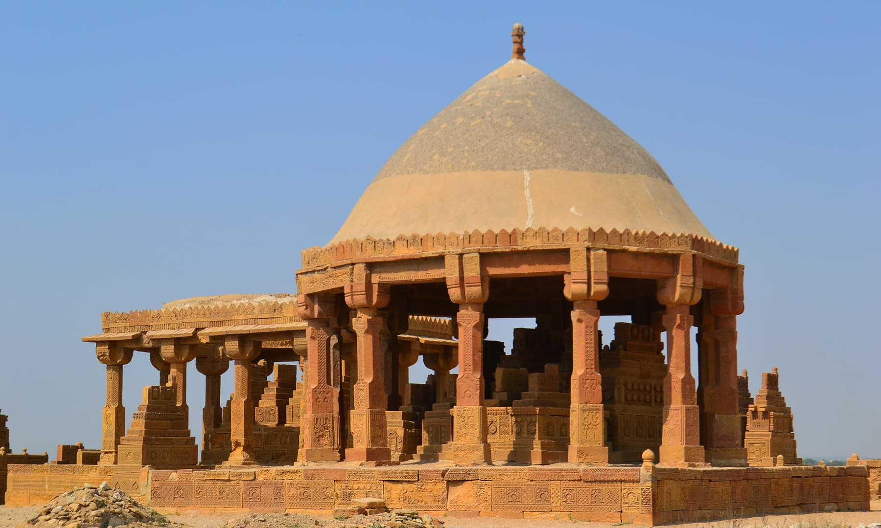 چوکنڈی قبرستان: شہرِ خموشاں بھی اور دیارِ فن بھی
