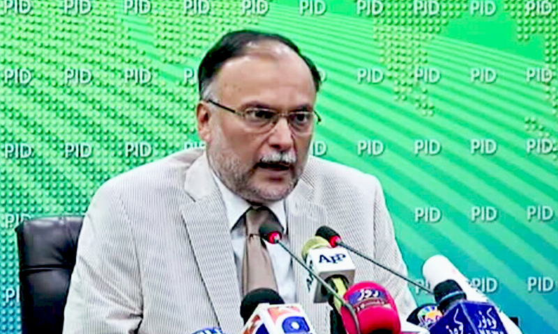 Interior Minister Ahsan Iqbal makes a last ditch effort to appeal to the protesters. Photo:Screengrab.