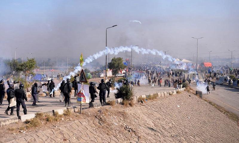 پولیس اور مظاہرین کے درمیان جھڑپ کا ایک منظر — فوٹو: اے ایف پی