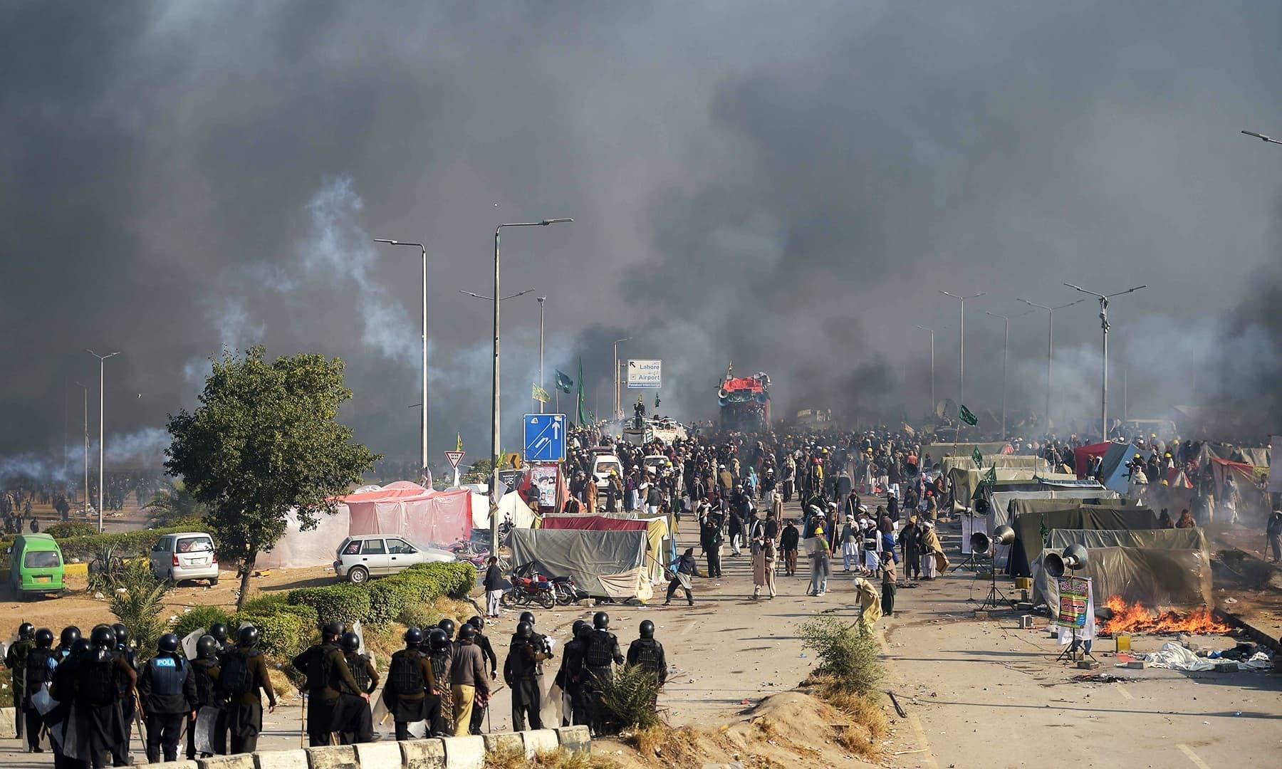 پولیس اور مظاہرین کے درمیان جھڑپ کا ایک منظر — اے ایف پی
