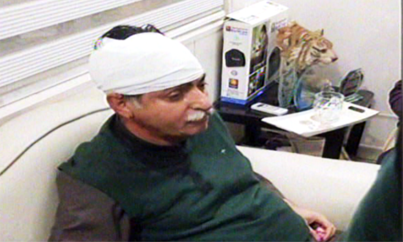 PML-N MNA Javed Latif was attacked by protesters in Sheikhupura. — Screengrab