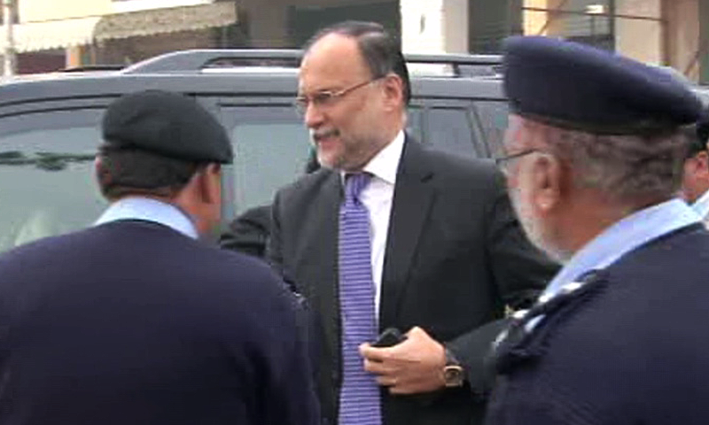 Interior Minister Ahsan Iqbal arrives at the Islamabad High Court for a hearing into the Faizabad protests. ─DawnNews