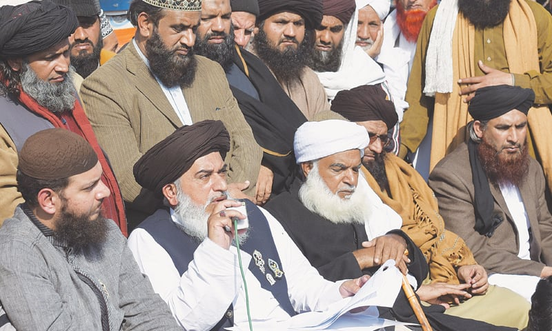 ISLAMABAD: Tehreek-i-Labbaik Ya Rasool Allah leader Khadim Hussain Rizvi announces the end of the sit-in on Monday.—Tanveer Shahzad/White Star