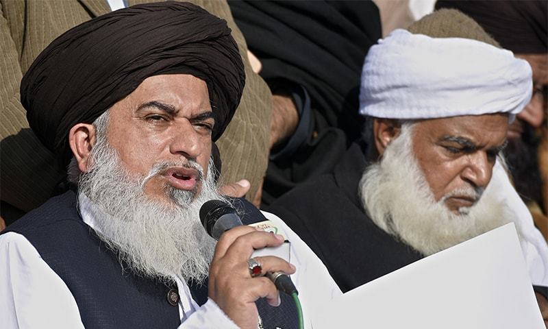 TLY leader Khadim Rizvi announcing the end of the Faizabad sit-in on Monday.—White Star