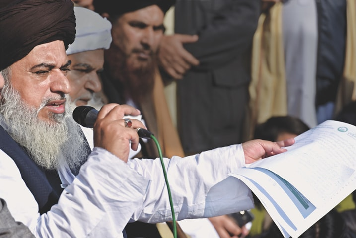 Khadim Hussain Rizvi presents his demands before TLYRA supporters| Photos by Tanveer Shehzad /White Star