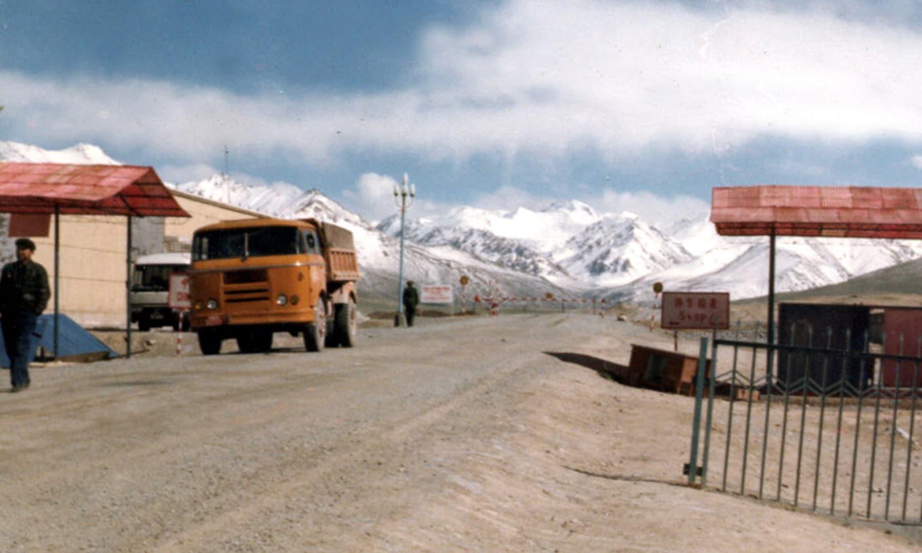 1987 میں پاکستان سے چین کے شہر کاشغر جاتے وقت پہلی چینی چیک پوائنٹ پیرالی آئی تھی—تصویر عبیداللہ کیہر