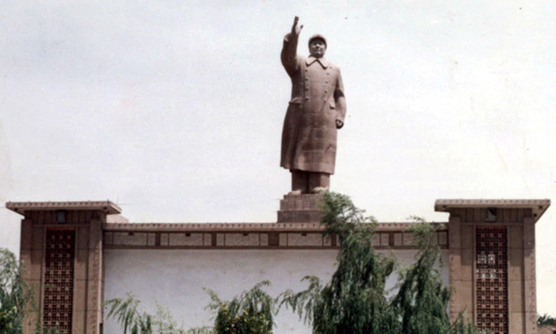 1987 میں کاشغر شہر کے اندر عکس بند کیا گیا عظیم چینی رہنما ماؤ زی تنگ کا مجسمہ— تصویر عبیداللہ کیہر