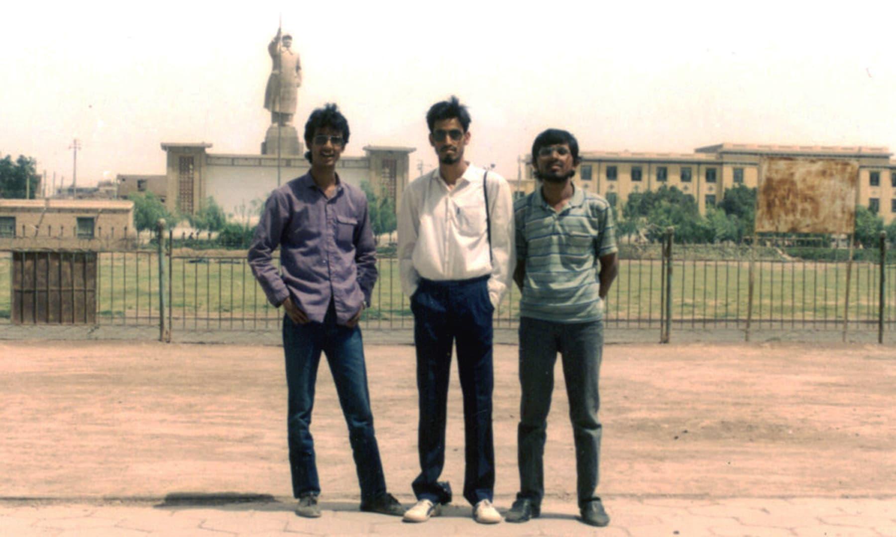 1987 میں کاشغر میں اپنے دوستوں کے ہمراہ—تصویر عبیداللہ کیہر