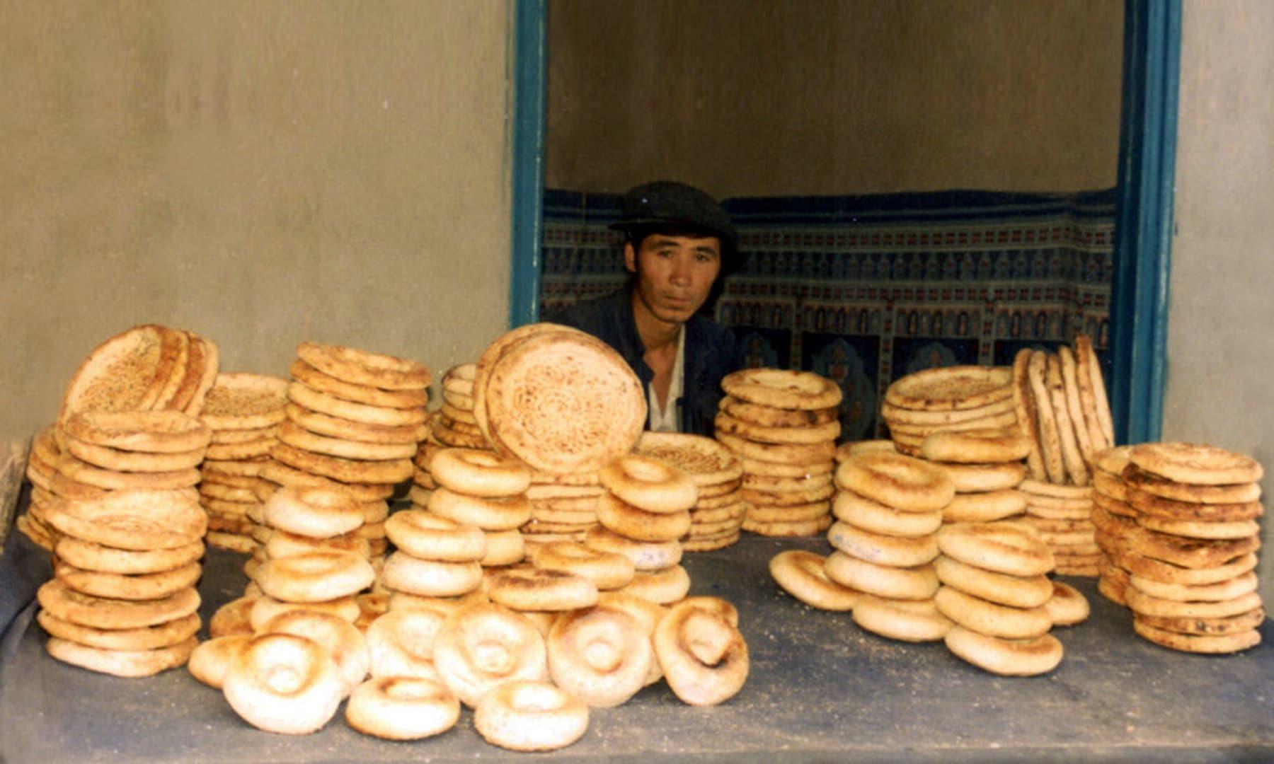 1987 میں کاشغر میں ایک نان کی دکان—تصویر عبیداللہ کیہر