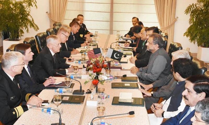 امریکا کے سیکریٹری دفاع اور شاہد خاقان عباسی کے درمیان اسلام آباد میں ملاقات ہوئی — فوٹو: دفتر خارجہ