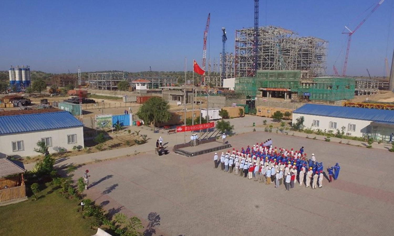 بجلی کے پیداواری پلانٹس کے لیے تربیت یافتہ افراد کی ضرورت کے پیش نظر چین کی خدمات حاصل کی گئی ہیں — فوٹو: SECMC