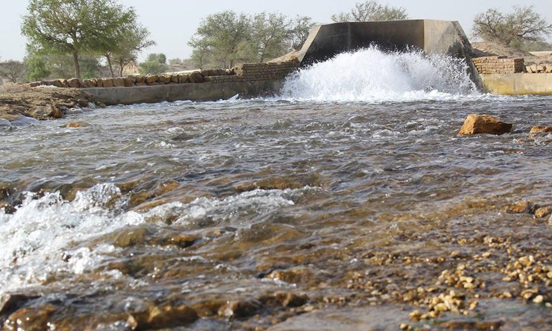 کوئلے نکالنے کے لیے زیر زمین پانی بھی نکالنا ہوگا، جس کے لیے باقاعدہ ڈیم بنایا گیا ہے، یہ پانی زراعت کے لیے بہترین قرار دایا گیا ہے — فوٹو:SECMC