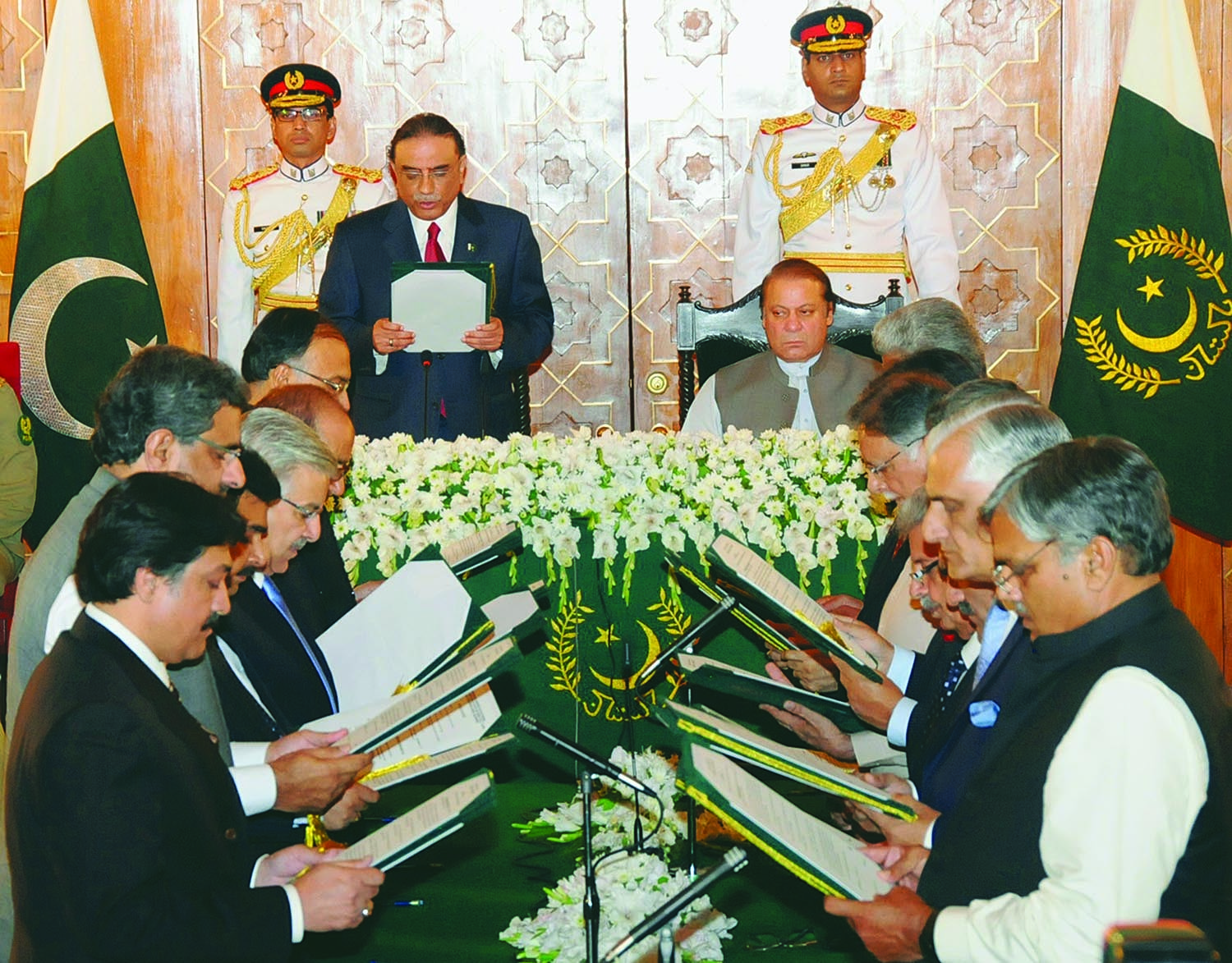 President Asif Zardari administering oath of office to the cabinet led by Mian Nawaz Sharif whose PML-N won the elections in May 2013.