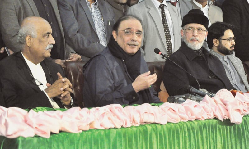 LAHORE: Pakistan Peoples Party leader Asif Zardari and Pakistan Awami Tehreek chief Dr Tahirul Qadri addressing a joint press conference here on Thursday.—Arif Ali/White Star