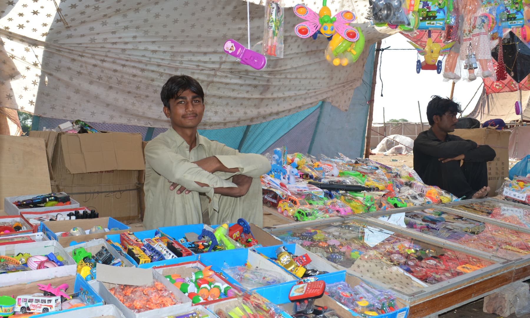 میلے میں کھلونوں کی دکان—تصویر ابوبکر شیخ