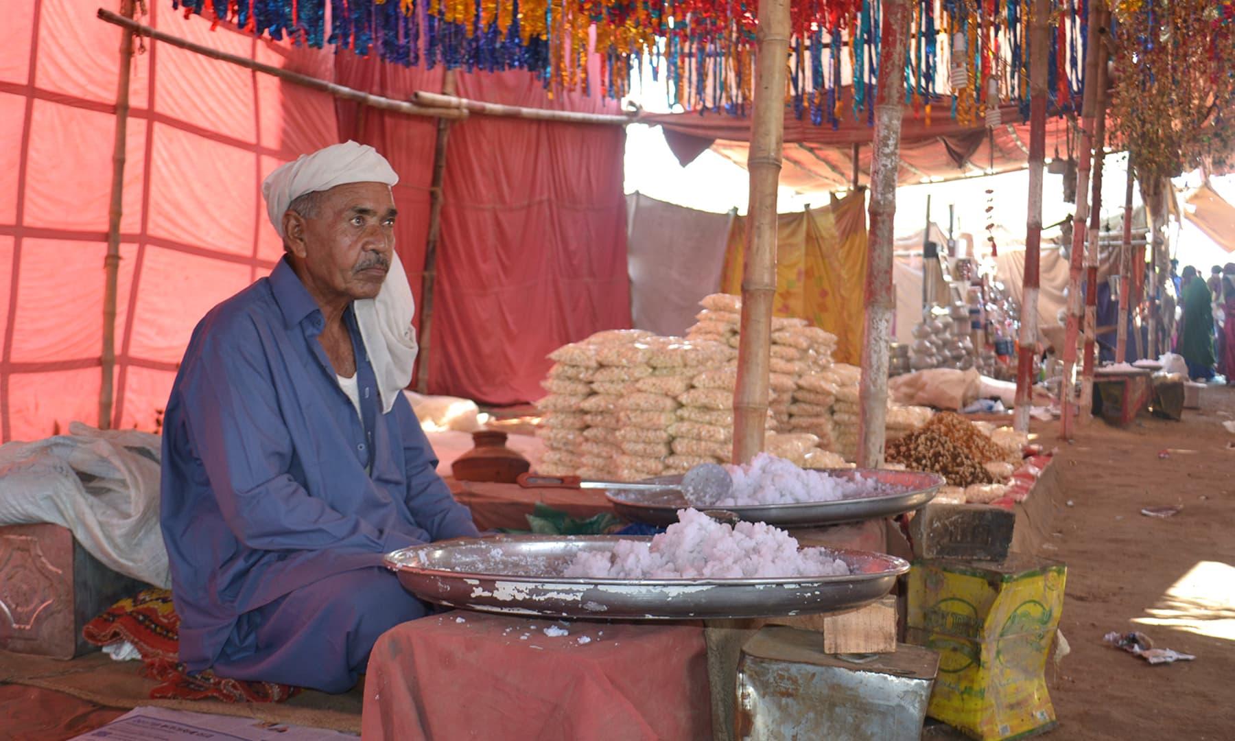 سندھ کا کوئی ایسا میلہ نہیں ہوگا جہاں کھوپرے کی مٹھائی دستیاب نہ ہو—تصویر ابوبکر شیخ