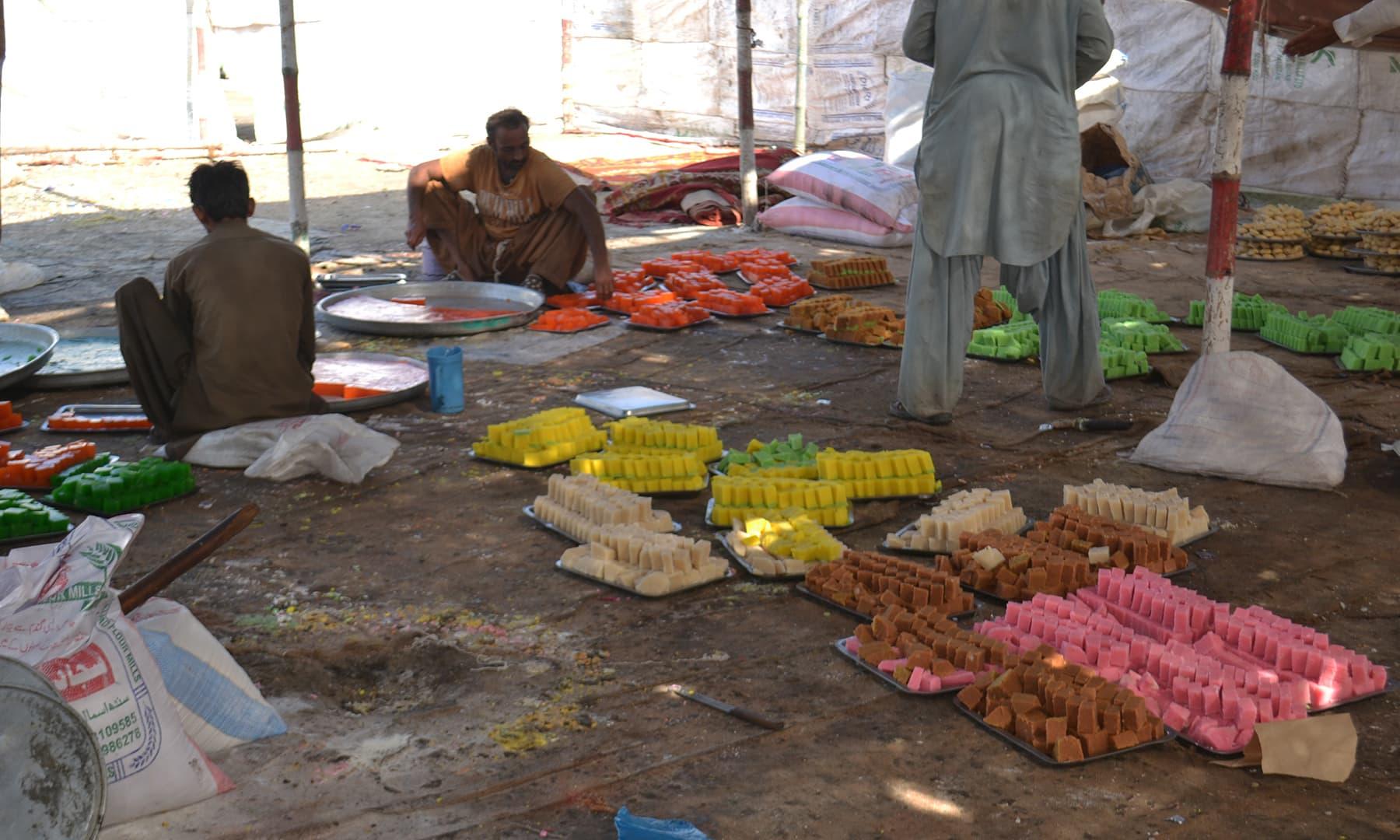 میلے میں مٹھائی تیار کی جا رہی ہے—تصویر ابوبکر شیخ