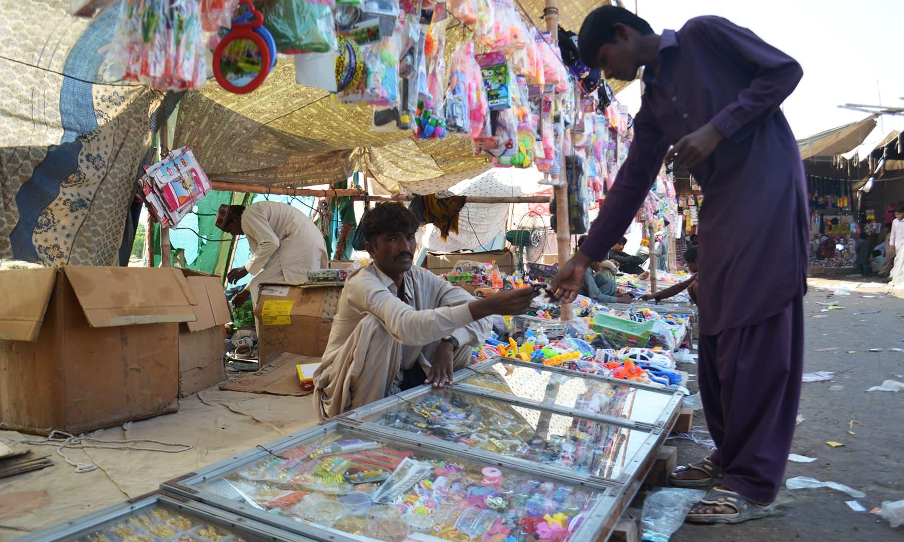 میلے میں آیا ہوا ہر شخص کوئی نہ کوئی ایسی چیز ضرور خریدتا ہے، جو ایک سال تک اُس میلے کی نشانی بنی رہتی ہے—تصویر ابوبکر شیخ