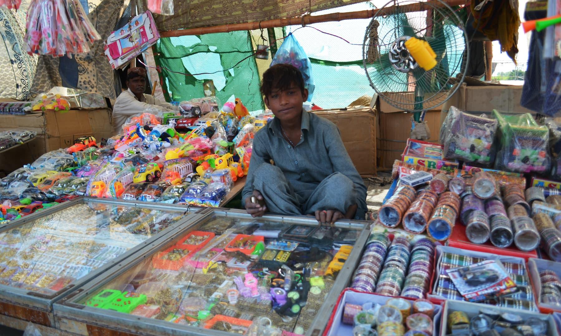 میلے میں کھلونے اور خواتین کے بناؤ سنگار کا سامان دستیاب ہے—تصویر ابوبکر شیخ