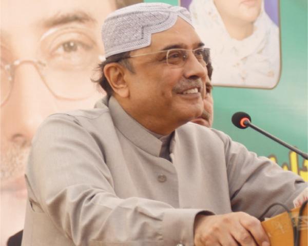 Imran sets sight on Zardari, announces visit to Karachi next week