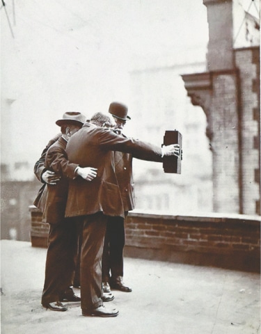 First Selfie. Photographers from the Byron Company on the roof of the Marceau Studio, New York, 1920 (Part of 'GIRO (Tableaux)' by Olaf Nicolai). / Photos by White Star
