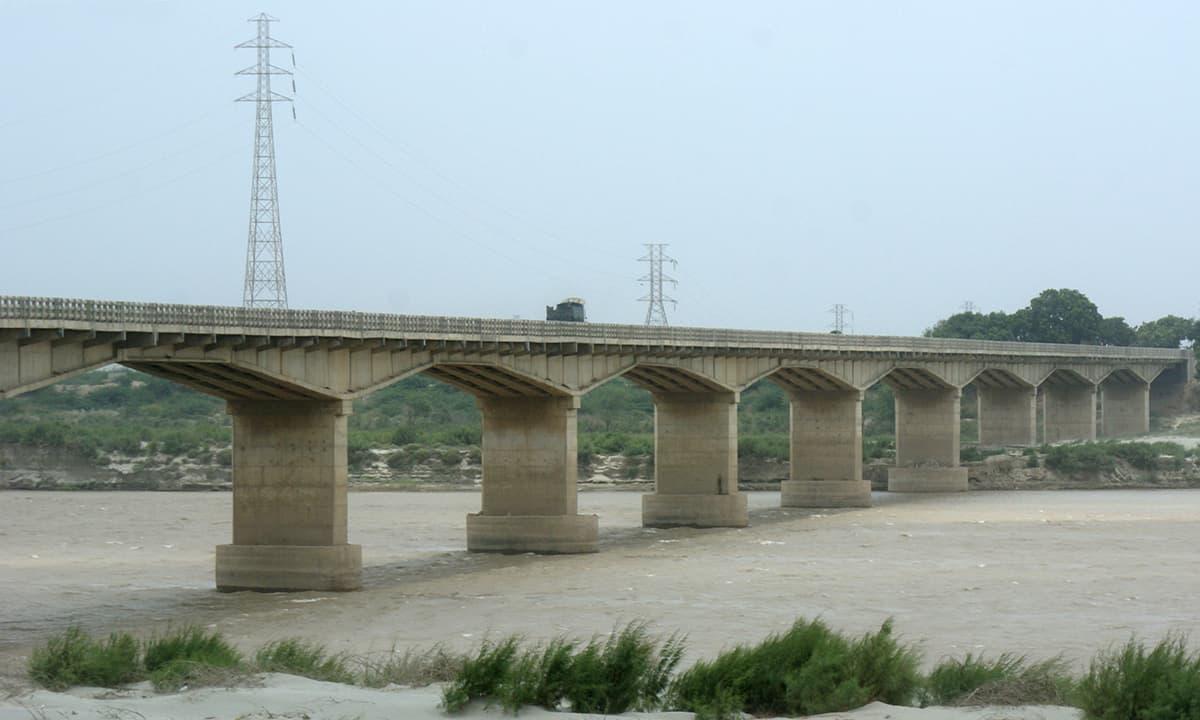 ٹھٹھہ میں دریائے سندھ پر بنا ایک پل۔— فوٹو عبیداللہ کیہر